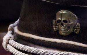 Podczas II wojny światowej niemieckie oddziały SS posługiwały się czaszką jako swoimi insygniami